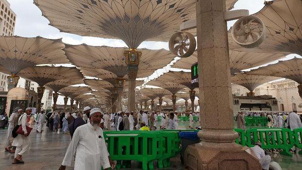 Di pelataran Masjid Nabawi pun hawa panas masih terjaga berkat payung-payung raksasa di sepanjang halaman.