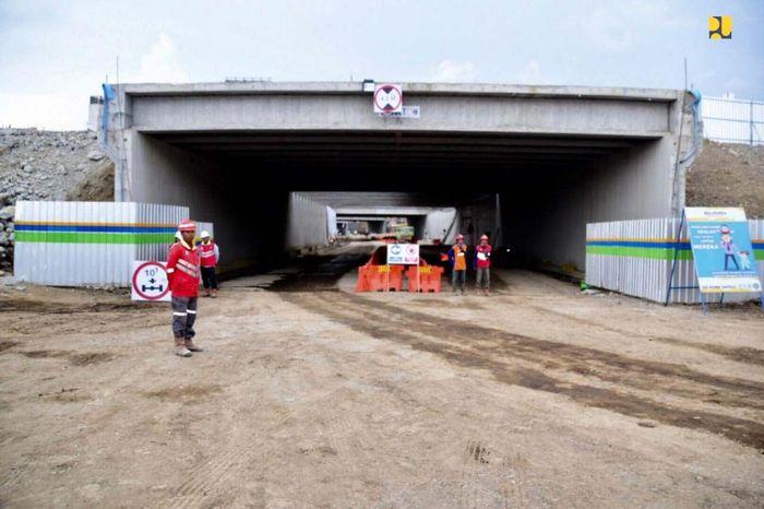 Hingga pertengahan bulan Agustus 2019, progres konstruksi underpass sepanjang 1,3 km yang dibangun di bawah bandara tersebut mencapai 74,3% atau lebih cepat dari target yang direncanakan sebesar 63,9%. Poool/Kementerian PUPR.
