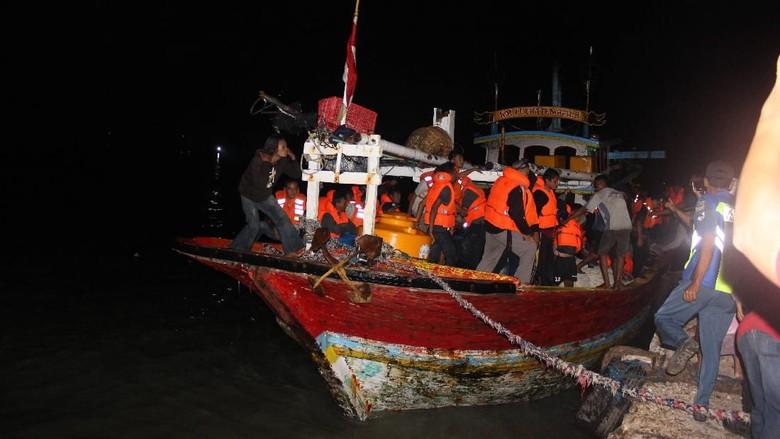 Tim SAR Terpadu Sisir Lokasi Terbakarnya Kapal KM Santika Nusantara