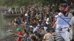 Serunya 700 Pemancing Berebut Lele di Festival Tasikardi Serang