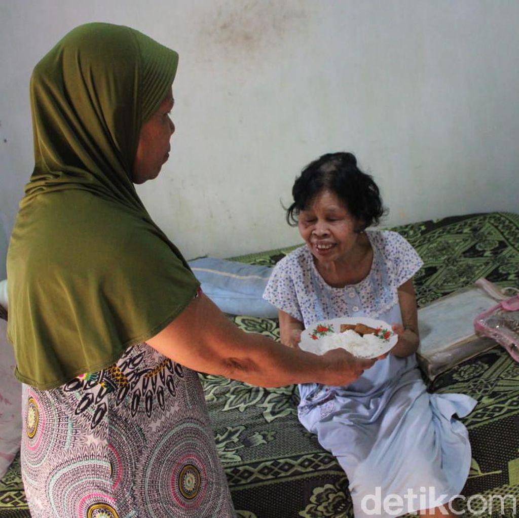 Kisah Nenek Tunanetra Rawat Cucunya yang Terkena Kanker di Jombang