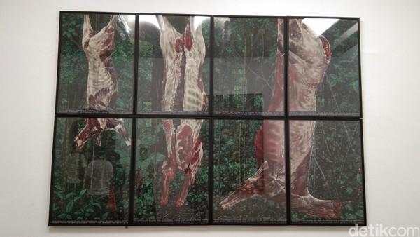 Ini merupakan gambar daging-daging binatang berkaki empat tanpa kulit yang digantung dengan latar pepohonan dan hutan. Mereka seperti tak lagi punya tempat bersembunyi dari pemburunya, bahkan harus mati dan dikuliti di tempat habitatnya (Tasya/detikcom)
