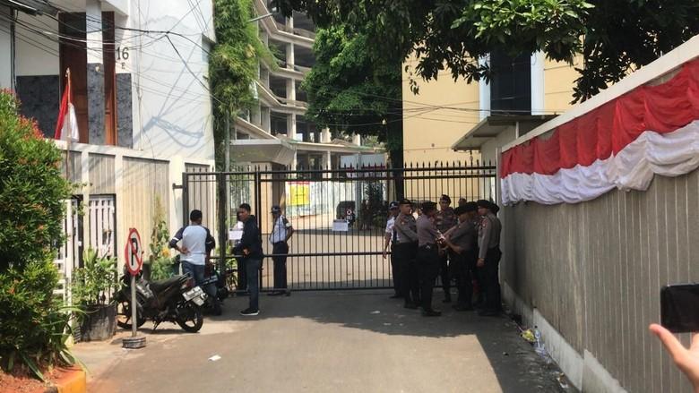 Massa AMPG Pro-Bamsoet Sempat Gembok Gerbang DPP Golkar, Polisi Berjaga