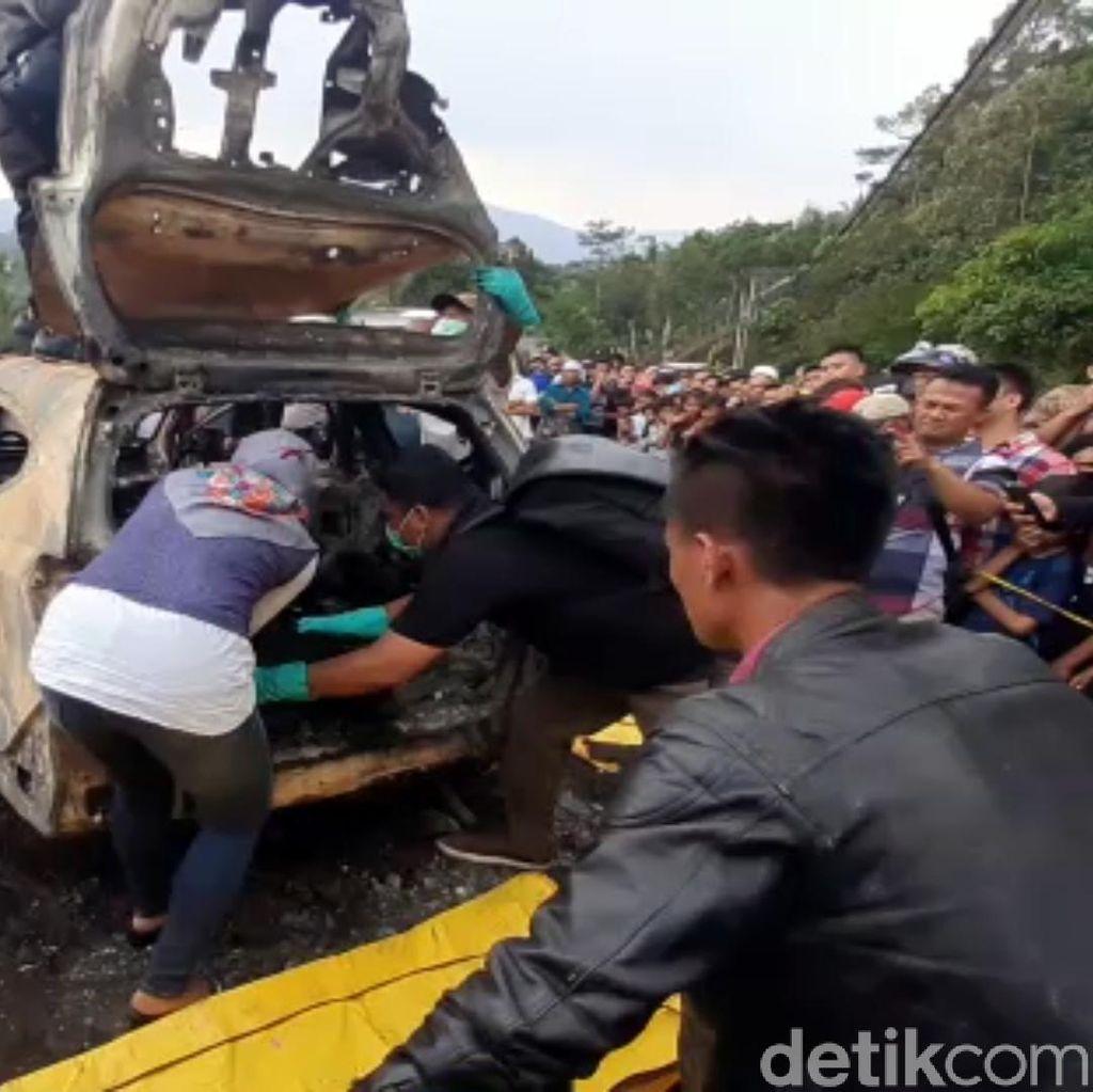 Dua Mayat Ditemukan Dalam Sebuah Mobil Terbakar di Sukabumi