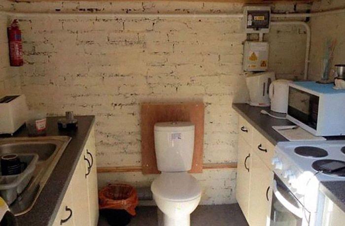 Dapur ini malah dirancang dengan kloset toilet di tengahnya. Bagaimana ya aroma masakan tercampur dengan toilet? Istimewa/Boredpanda.