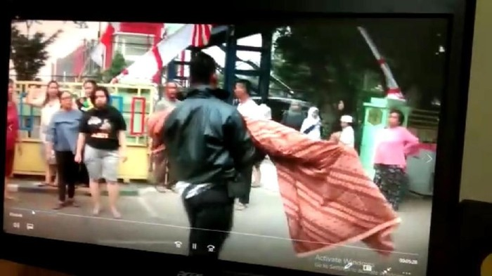 Paman membopong jenazah keponakannya. (Foto: Screenshot video)