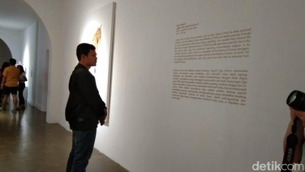 Selain mengetahui makna filosofis dalam sebuah karya, banyak wisatawan yang berfoto di depan karya seni. Salah satunya pada karya seni gambar hewan berkaki empat yang dikuliti ini (Tasya/detikcom)