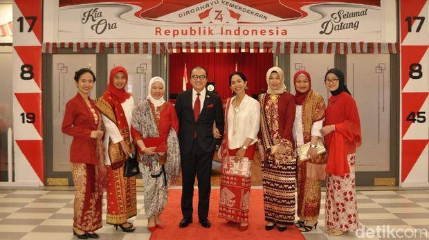 Saat Foto Jokowi Ngonthel Jadi Rebutan di Wellington