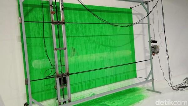 Ini adalah perangkat lukis yang bergerak menghapus warna lukisan berwarna hijau. Di dalamnya terdapat gambar satu orangutan kecil yang sendirian. Lukisan ini menggambarkan tumbuhan kelapa sawit yang hijau lama-lama punah akibat fenomena iklim global (Tasya/detikcom)