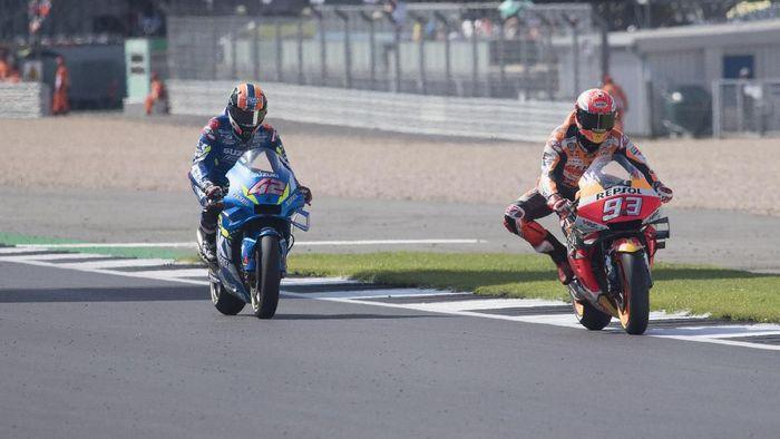 Alex Rins mengalahkan Marc Marquez di beberapa meter terakhir jelang finis MotoGP Inggris (Mirco Lazzari gp / Getty Images)