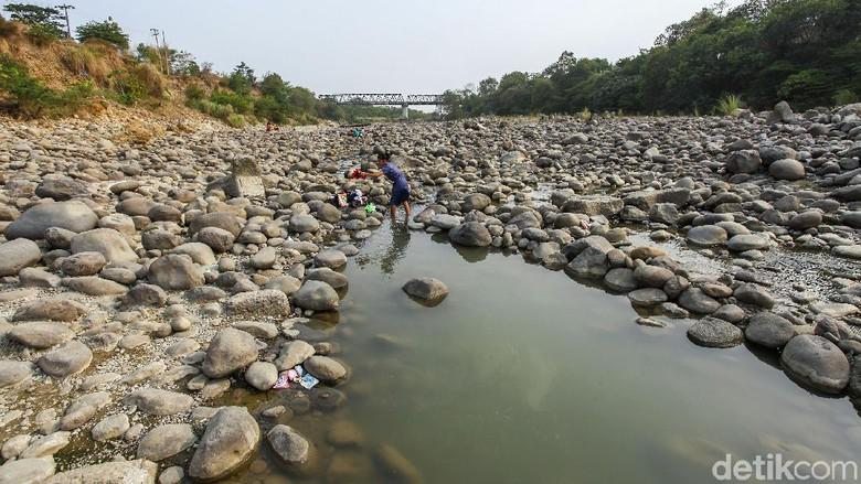 Sulit Air, Warga Cibarusah Nyuci di Sungai Cipamingkis