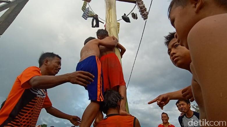 Rayakan HUT RI, Bocah Korban Gempa Palu Lomba Panjat Pohon Pisang