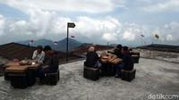 Bagi yang hobi naik gunung, desa ini merupakan basecamp pendakian Gunung Sumbing. Di depan basecamp, kamu bisa melihat pemandangan sambil makan tempe goreng atau menyeruput kopi. (Eko Susanto/detikcom)