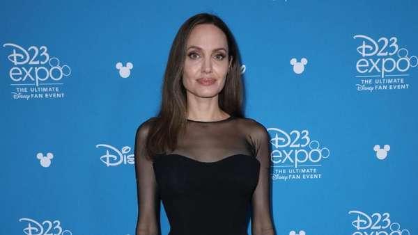 Angelina Jolie Kembali Tampil Seksi dengan Dress Hitam Transparan