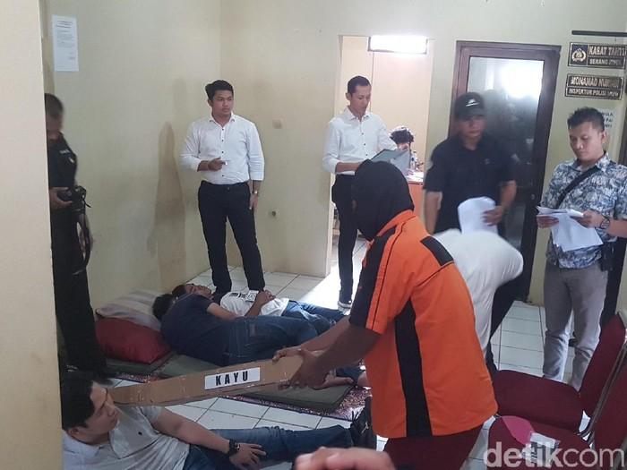 Rekonstruksi pembunuhan sekeluarga di Serang, Senin (26/8/2019) Foto: Bahtiar Rifai-detikcom