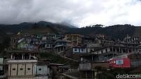 Gara-gara bentuk rumah-rumah warga yang seperti ini, Dusun Butuh dikira ada di Nepal. Padahal deretan rumah milik warga memang berbentuk seperti itu karena ada di lereng Gunung Sumbing.(Eko Susanto/detikcom)