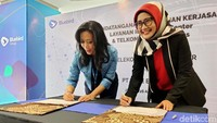 Direktur Utama PT Telekomunikasi Selular (Telkomsel) Emma Sri Martini bersama Dirut PT Blue Bird Tbk Noni Purnomo, menandatangani nota kesepahaman dan naskah kerja sama di Jakarta, Senin (26/8).
