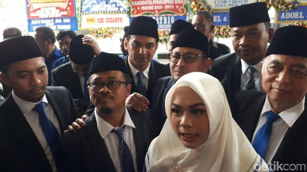 Putri Zulkifli Hasan-Putra Lulung ke Pelantikan DPRD DKI Naik Angkot