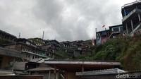 Di dusun ini rumah-rumah berderetan persis berada di bawah Gunung Sumbing. Traveler bisa trekking selama berkunjung menuju dusun ini. (Eko Susanto/detikcom)