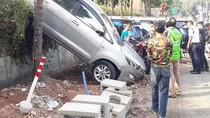 Mobil Nyungsep di Parkiran Ruko di Kemang, Tak Ada Korban Jiwa