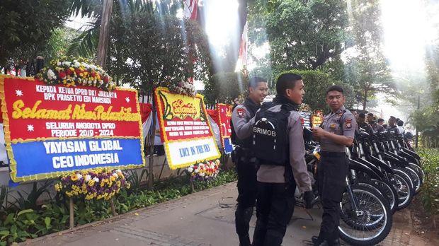 Karangan bunga mulai memenuhi baik di ruas jalan maupun di dalam halaman gedung DPRD DKI Jakarta.