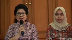 Menteri Kesehatan Nila F Moeloek menerima sejumlah peneliti muda. Dengan bangga, Menkes memperkenalkannya satu persatu.