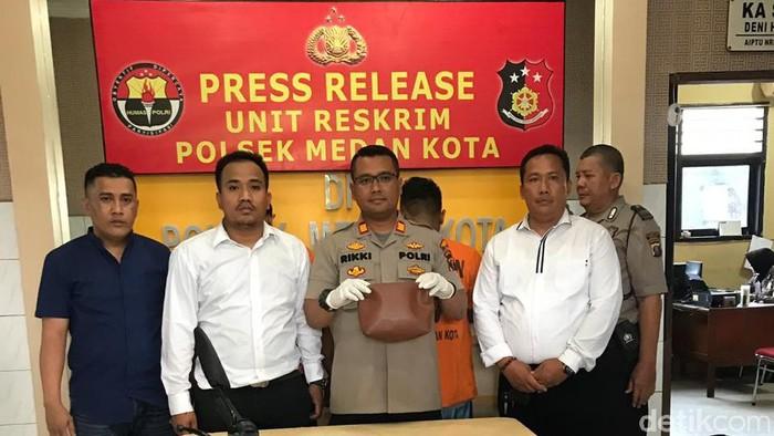 Kapolsek Medan Kota didampingi Kanit Reskrim (Foto: Budi Warsito/detikcom)
