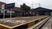 Dari Sukabumi menuju Ciranjang ada beberapa stasiun yang dilewati, yakni Stasiun Gandasoli, Cireungas, Lampengan, Cibeber, Cianjur dan Ciranjang.