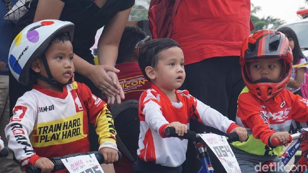 Lucunya Anak-anak Ramaikan Balap Sepeda Tanpa Dikayuh