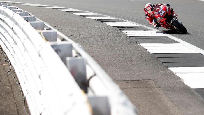 Andrea Dovizioso marah karena mengalami kecelakaan di MotoGP Inggris. (Foto: David Klein / Reuters)