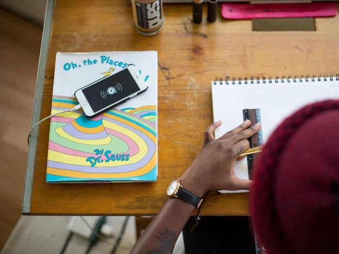ilustrasi smarphone di kelas sekolah