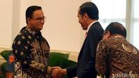 Anies juga sempat bersalaman dengan Presiden Jokowi.