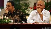 Anies terlihat duduk berdampingan dengan Menteri PUPR Basuki Hadimuljono.