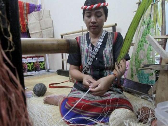 Perajin tenun ulap doyo (Foto: Dok. Dinas Komunikasi dan Informatika Provinsi Kalimantan Timur)