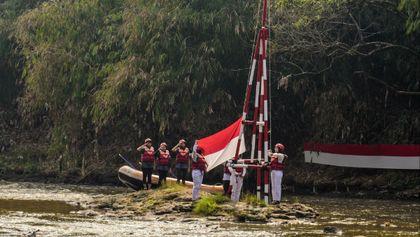 Pengibaran bendera merah putih di kali Ciliwung Depok