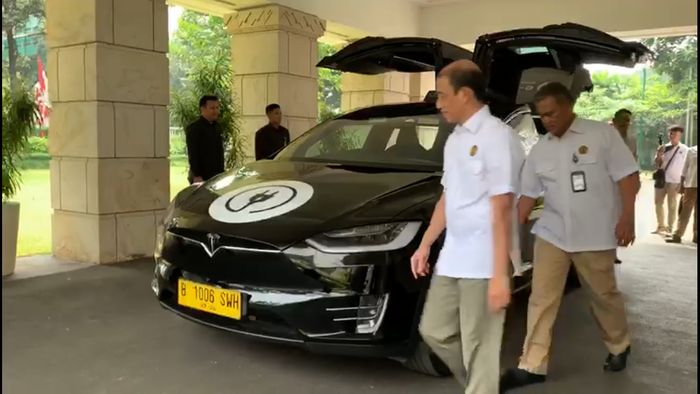 Jonan menegaskan bahwa pemerintah akan ikut mendukung penggunaan mobil listrik ini, terlebih lagi untuk kendaraan umum. Katanya, mungkin bagi angkutan umum pengguna kendaraan listrik akan diberikan tarif khusus untuk isi daya listrik.
