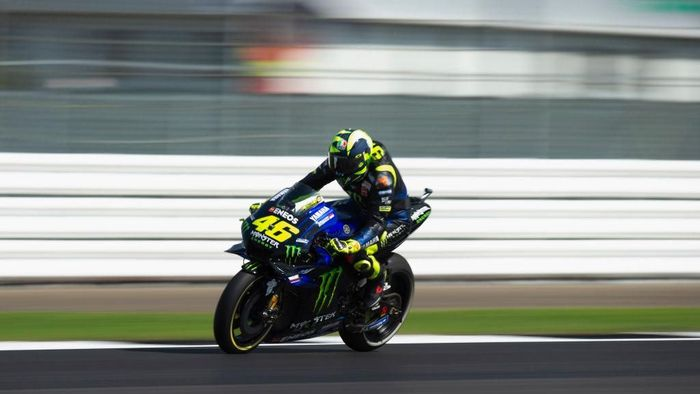 Pebalap Yamaha, Valentino Rossi, kecewa finis keempat di MotoGP Inggris. (Foto: Mirco Lazzari gp/Getty Images)