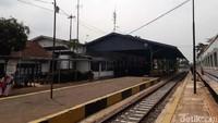 Waktu menunjukan pukul 12.50 saat kereta berhenti di Stasiun Ciranjang. Artinya, waktu tempuh dua titik dari Sukabumi menuju Ciranjang sekitar 2 jam.