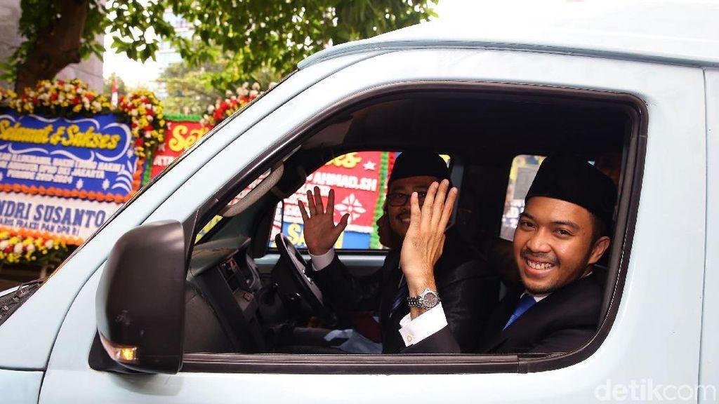 Anggota DPRD DKI Fraksi PAN Naik Angkot ke Pelantikan