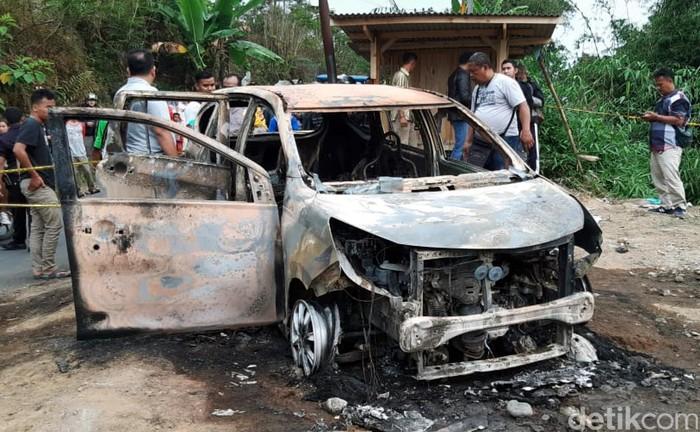 Sebuah mobil jenis MPV terbakar di tepian jalan Kampung Bondol, Desa Pondokasotengah, Kecamatan Cidahu, Sukabumi, sekitar pukul 12.30 WIB, Minggu (25/8/2019). Setelah api padam, ditemukan dua mayat yang hangus terbakar.