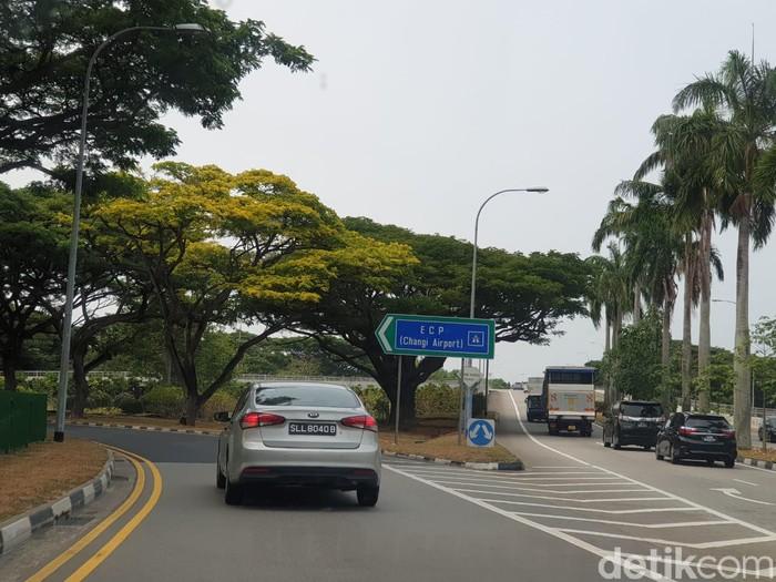 Singapura dikenal sebagai negara dengan kondisi jalan raya yang bersih dan bebas dari momok menakutkan bernama kemacetan.