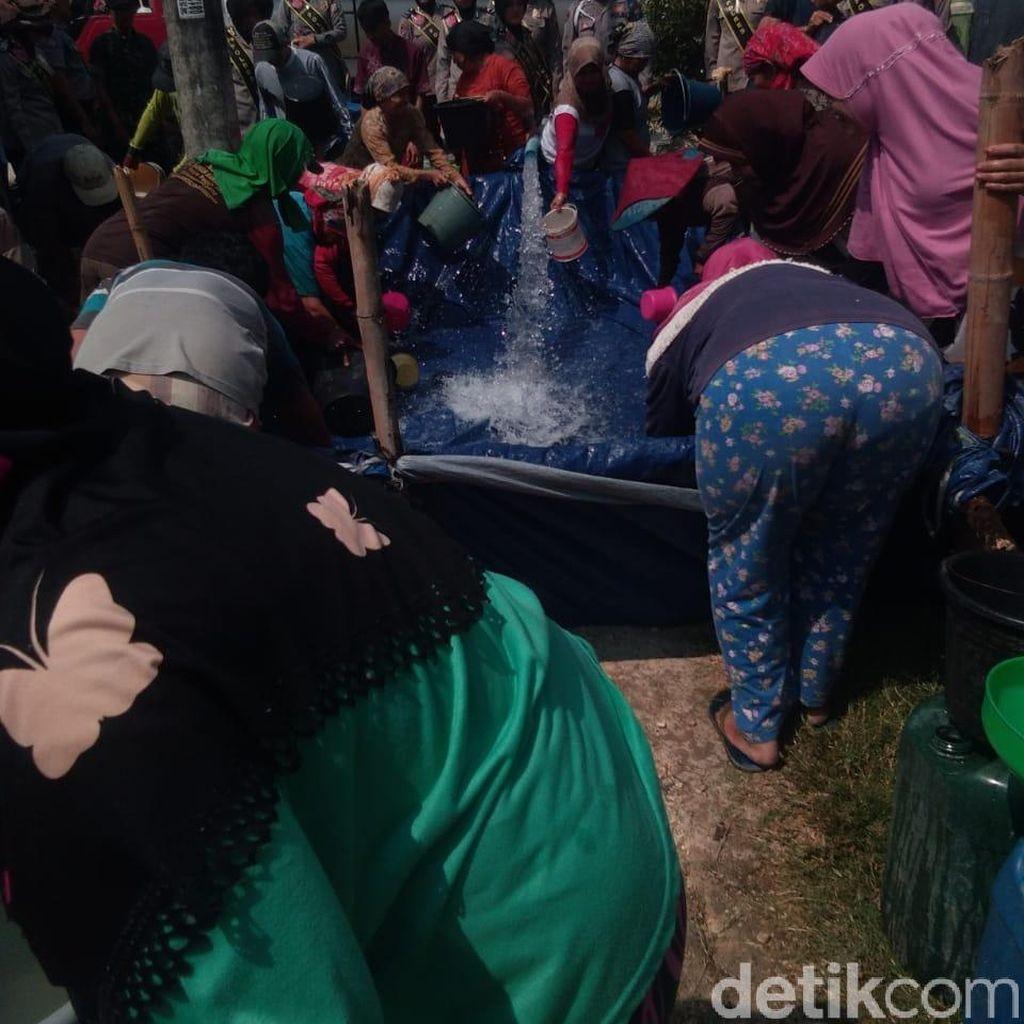 2 Bulan Desa di Lamongan Ini Kekeringan, Polisi Dropping Air Bersih