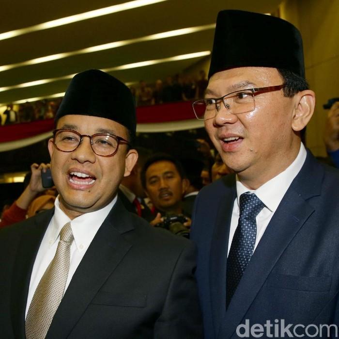 Gubernur DKI Jakarta Anies Baswedan menyalami Basuki Tjahaja Purnama (Ahok) dan Djarot Saiful Hidayat usai pelantikan anggota DPRD DKI baru.