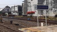Jalur Cianjur-Ciranjang ialah lanjutan jalur kereta dari Sukabumi yang telah beroperasi lebih dulu.