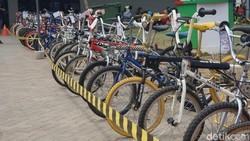 Pastinya kalian bertanya-tanya, kenapa tanpa pedal? Ternyata sepeda ini memang dikhususkan untuk anak usia 2-5 tahun, fungsinya melatih keseimbangan.