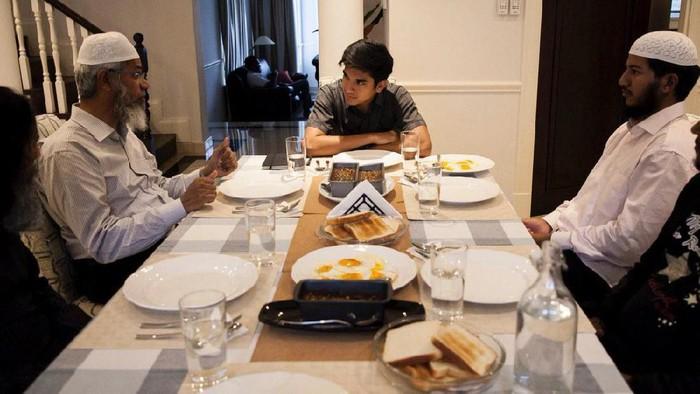 Syed Saddiq dan Zakir Naik saat makan malam bersama di kediaman Syed Saddiq (Twitter/@SyedSaddiq)