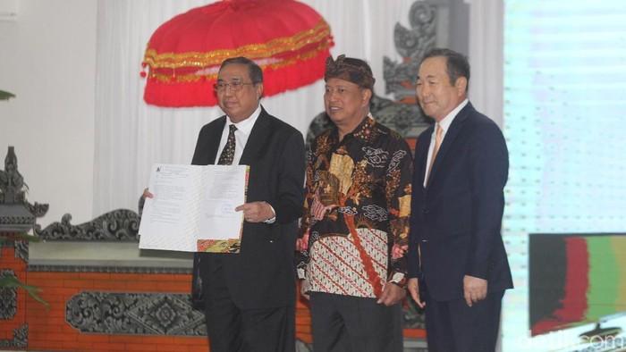 Menristekdikti M Nasir saat memperkenalkan rektor asing untuk Universitas Siber Asia, Jang Youn Cho. (Aditya Mardyastuti/detikcom)