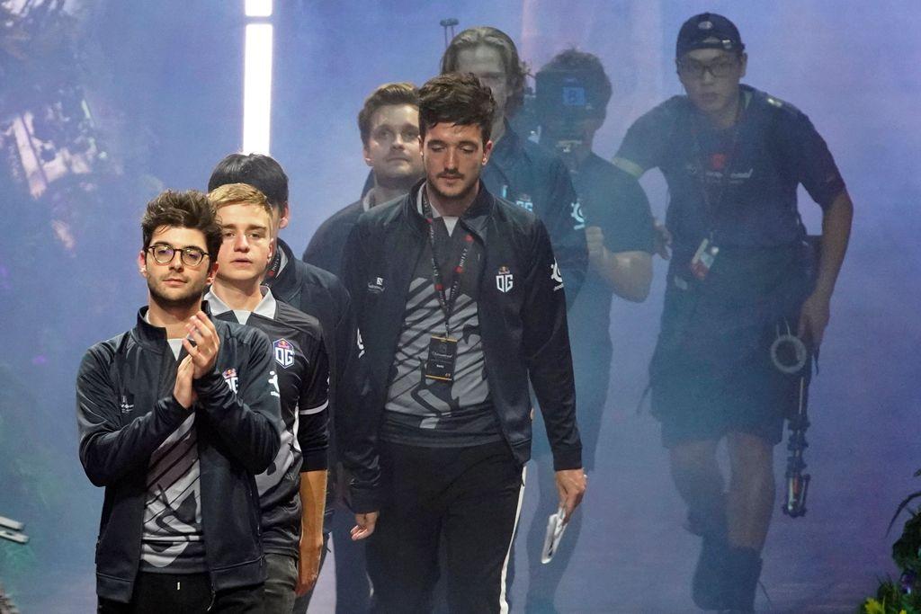 Tampak tim yang berlaga memasuki arena pertandingan. Ini adalah tim OG yang juara tahun silam dan kembali dijagokan. Foto: Reuters