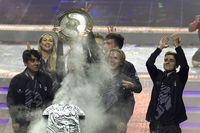 Tim OG mengangkat Aegis of Champions untuk kedua kalinya.