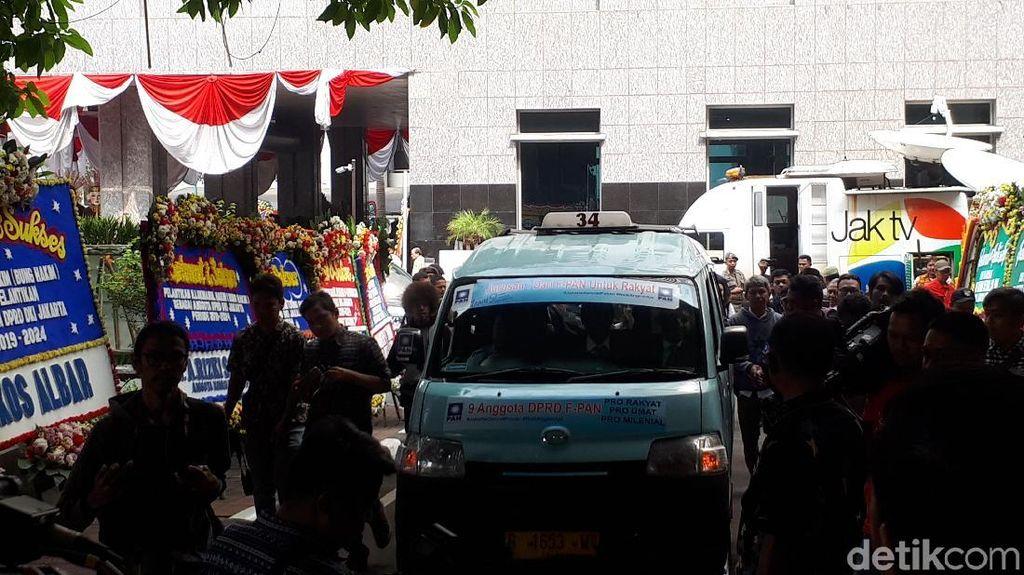 Putri Zulkifli Hasan-Putra Lulung Naik Angkot ke Pelantikan DPRD DKI